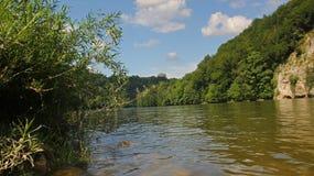 Donau met zaal van bevrijding stock foto's