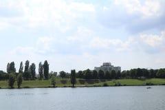 Donau mit Eigentum Stockfotografie