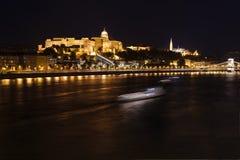 Donau och Buda Castle på natten, Ungern, Budapest Arkivfoto