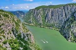 Donau sättigt Cazanele Dunarii, Rumänien stockbilder