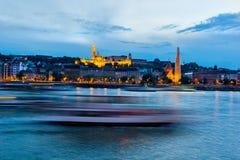 Donau in 's nachts Boedapest Stock Foto's