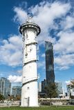 Donauinsel灯塔,维也纳,奥地利在与白色的一个晴天 库存图片