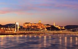 Donaupanorama med den Elisabet bron Royaltyfri Bild