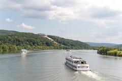 Donaustauf, Beieren, Duitsland - Juli 27, 2018: Het schip van Renate met toeristenzeilen op de Rivier van Donau aan Walhalla-gede Stock Fotografie