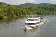 Donaustauf, Beieren, Duitsland - Juli 27, 2018: Schip met toeristenzeilen op de Rivier van Donau, reistoerisme Royalty-vrije Stock Foto
