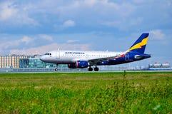 Donavia空中客车A319-111飞机在普尔科沃国际机场登陆在圣彼德堡,俄罗斯 免版税图库摄影