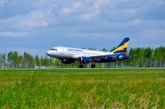Donavia空中客车A319-111飞机在普尔科沃国际机场登陆在圣彼德堡,俄罗斯 图库摄影