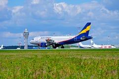 Donavia空中客车A319-111飞机在普尔科沃国际机场登陆在圣彼德堡,俄罗斯 库存图片