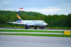 Donavia空中客车A319-111飞机在跑道乘坐在登陆以后在普尔科沃国际机场在圣彼德堡,俄罗斯 库存照片
