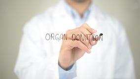 Donazione di organo, scrittura di medico sullo schermo trasparente fotografia stock
