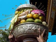 Donazioni su un piatto per una cerimonia di hinduism in Bali immagine stock libera da diritti