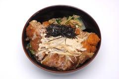 Donburi Katsudon de Tonkatsu, costoleta fritada da carne de porco com arroz mim Fotografia de Stock Royalty Free