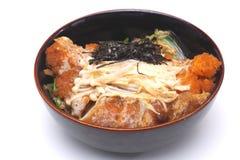 Donburi Katsudon de Tonkatsu, costoleta fritada da carne de porco com arroz mim Imagem de Stock