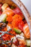 Donburi misto: Salmone tagliato, calamaro tagliato di tentacolo, Maguro tagliato, Unagi tagliato, cetriolo tagliato con Ebiko ed  Fotografia Stock Libera da Diritti
