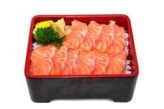 Donburi Salmon: Salmon Sashimi cortado fresco no isolado da caixa do arroz Imagem de Stock Royalty Free