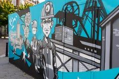 Doncaster-Straßenkunstwandgemälde, Bergmänner außerhalb der Zeche Lizenzfreies Stockbild