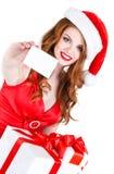 Doncella hermosa de la nieve con las tarjetas del regalo y de crédito Foto de archivo