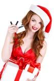Doncella hermosa de la nieve con las tarjetas del regalo y de crédito Fotografía de archivo libre de regalías