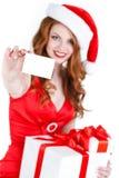 Doncella hermosa de la nieve con las tarjetas del regalo y de crédito Fotos de archivo
