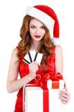 Doncella hermosa de la nieve con las tarjetas del regalo y de crédito Imagenes de archivo