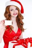 Doncella hermosa de la nieve con las tarjetas del regalo y de crédito Imagen de archivo