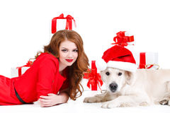 Doncella y perro de Labrador con los regalos de la Navidad Imagen de archivo