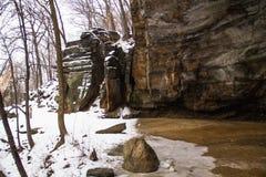 Donde la nieve resuelve la cueva fotografía de archivo libre de regalías