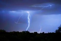 Donder, bliksem en onweer in donkere nachthemel Stock Afbeeldingen