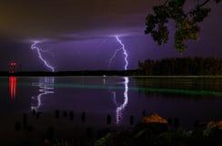 Donder en verlichtingsonweer op Hudson River in de zomer Stock Foto's