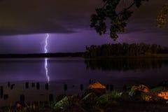 Donder en verlichtingsonweer op Hudson River in de zomer royalty-vrije stock fotografie