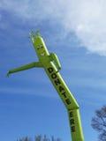 Done aquí el baile lindo inflable del personaje de dibujos animados contra el cielo azul Foto de archivo libre de regalías