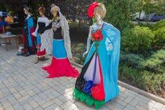 Donec'k, Ucraina - 27 agosto 2017: Campioni dei modelli dell'abbigliamento con i simboli nazionali Fotografia Stock Libera da Diritti