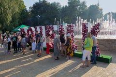 Donec'k, Ucraina - 27 agosto 2017: Cittadini all'installazione con il nome della città nel parco Fotografia Stock Libera da Diritti