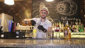 Donec'k, Ucraina - 11 giugno 2019: Il barista fa i cocktail nella barra archivi video