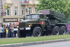 Donec'k, Ucraina - 9 maggio 2017: Esercito multiplo del sistema BM-21 del razzo del lancio della Repubblica del ` s della gente d Fotografie Stock
