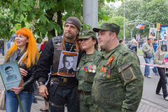 Donec'k, Ucraina - 9 maggio 2017: Il motociclista russo famoso Alexander Zaldostanov è fotografato con i cittadini di Donec'k Immagini Stock