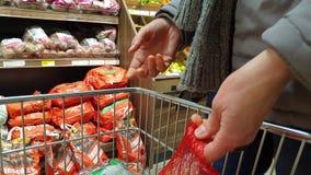 Donegal/Irlanda - 20 de febrero de 2019: Compras de la señora en el supermercado metrajes