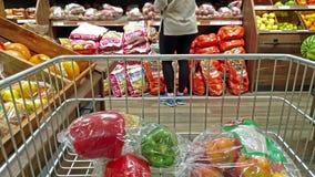 Donegal/Irlanda - 20 de febrero de 2019: Compras de la señora en el supermercado almacen de video