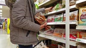 Donegal/Irlanda - 20 de febrero de 2019: Gluten que hace compras de la señora libre en el supermercado metrajes
