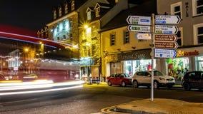 Donegal, Irlanda - 28 de febrero de 2019: Tr?fico que conduce a trav?s de la ciudad de Donegal metrajes