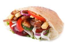 Doner con la carne, las verduras y las fritadas en la pita aislada en blanco Fotos de archivo