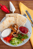 Doner kebab σε ένα πιάτο με τα λαχανικά και τη σαλάτα Στοκ Φωτογραφίες