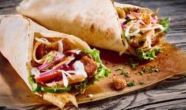 Doner kebab σε ένα tortilla περικάλυμμα στοκ φωτογραφία με δικαίωμα ελεύθερης χρήσης