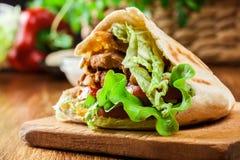Doner kebab -与菜的炸鸡肉 图库摄影