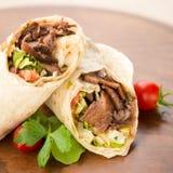 Doner-Kebab auf hölzernem Hintergrund Stockfoto