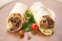 Doner-Kebab auf hölzernem Hintergrund Lizenzfreie Stockfotos