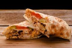 Doner Kebab Gyros Shawarma wołowiny rolka w pitta opakunku chlebowej kanapce na drewnianym tle zdjęcie stock