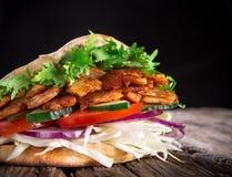 Doner Kebab mięso, chleb i warzywa - piec na grillu, Zdjęcie Stock