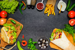 Doner kebab och Shawarma med kopieringsutrymmeramen arkivfoton