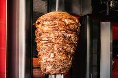 Doner kebab på den spottade roterande lodlinjen royaltyfri foto
